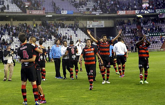 Los futbolistas celebraron celebraron con sus aficionados la victoria contra el Valladolid.