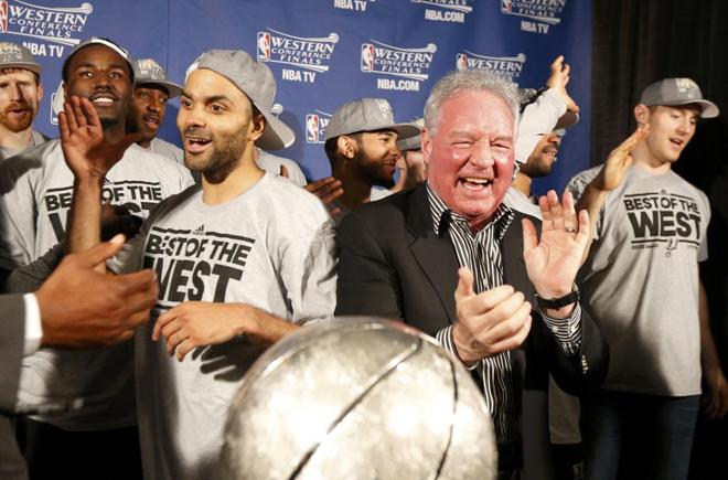 Peter Holt, propietario de los Spurs, celebrando junto a Tony Parker el t�tulo de la Conferencia Oeste.