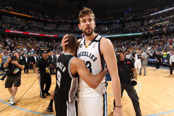 Tony Parker y Marc Gasol abraz�ndose tras el partido que los Spurs ganaron a los Grizzlies.