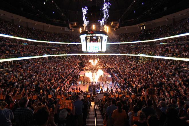 Espectacular ambiente en el FedExForum de Memphis para recibir a los Spurs.