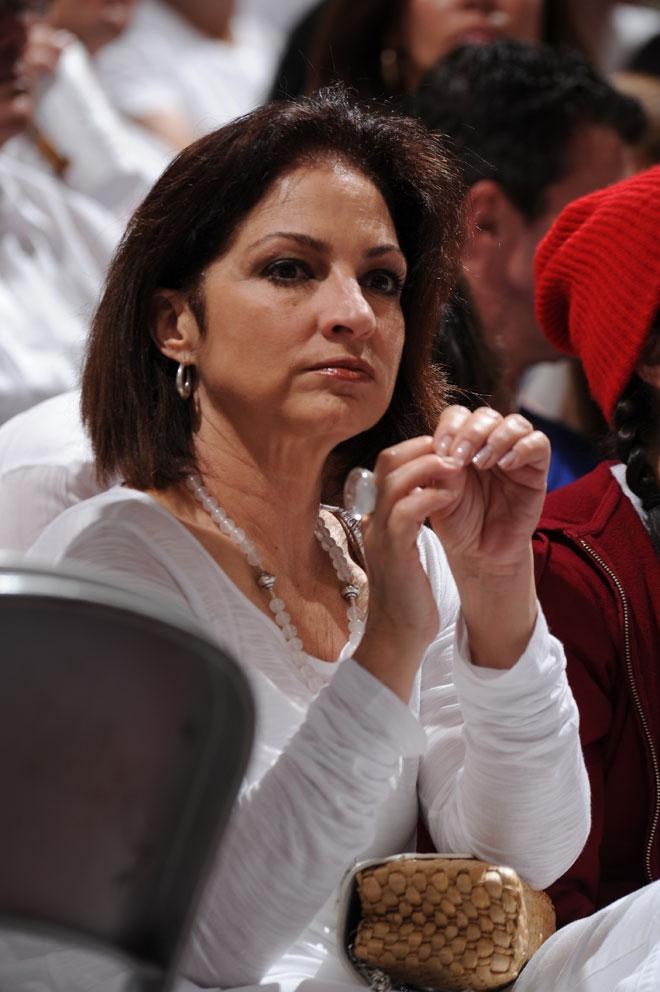 La cantante Gloria Estefan disfrutando a pie de pista de las Finales de la NBA entre Heat y Spurs.