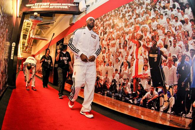 LeBron James prepar�ndose para afrontar el segundo partido de las Finales de la NBA.