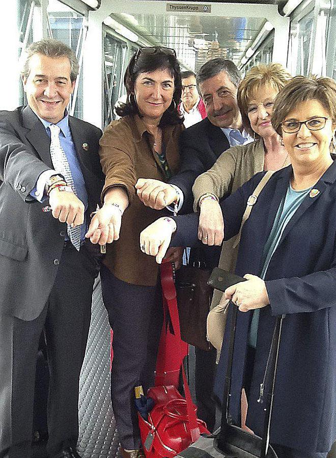 Chema Abad, de RNE, Marisol Casado y Patxi Perurena, miembro del COI, Mª Carmen Izquierdo, de ADO, y Maria Escario, de TVE, posan con sus pulseras.