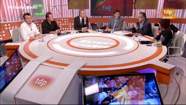 Los periodistas Rubén Uría, miguel ángel Muñoz, Rodrigo Jiménez, Juan Carlos Rivero, Roberto Gómez y Marisol Galdón, durente el programa Estudio estadio con la pulsera M2020.