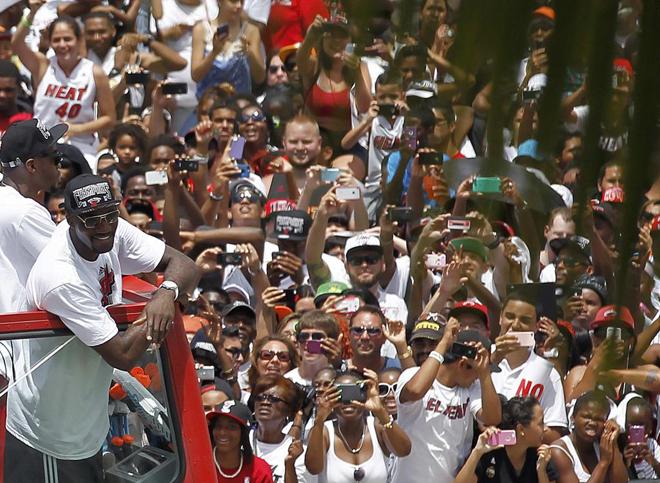 Miles de personas festejaron con los jugadores de los Heat el tercer título de la NBA ganado por el equipo de Miami, el segundo consecutivo, en un desfile por las principales calles del centro de la ciudad. LeBron James, Chris Bosh y Dwayne Wade fueron los más aclamados en el desfile, que finalizó en el American Airlines Arena para que los jugadores ofreciesen el trofeo a los aficionados.