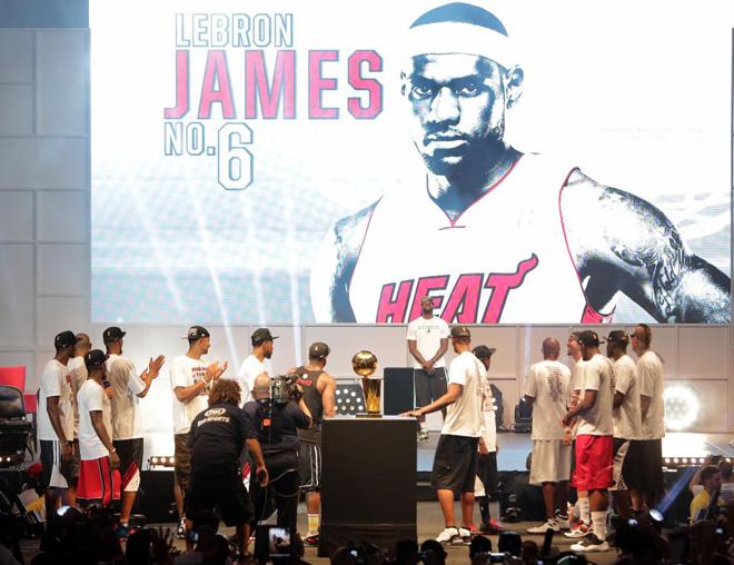 Miles de personas festejaron con los jugadores de los Heat el tercer t�tulo de la NBA ganado por el equipo de Miami, el segundo consecutivo, en un desfile por las principales calles del centro de la ciudad. LeBron James, Chris Bosh y Dwayne Wade fueron los m�s aclamados en el desfile, que finaliz� en el American Airlines Arena para que los jugadores ofreciesen el trofeo a los aficionados