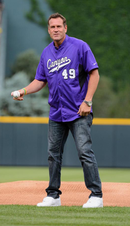 Dan Majerle, ex jugador de Suns, Heat y Cavs y actual entrenador de Grand Canyon University, realizando el saque de honor del partido de b�isbol entre San Francisco Giants y Colorado Rockies