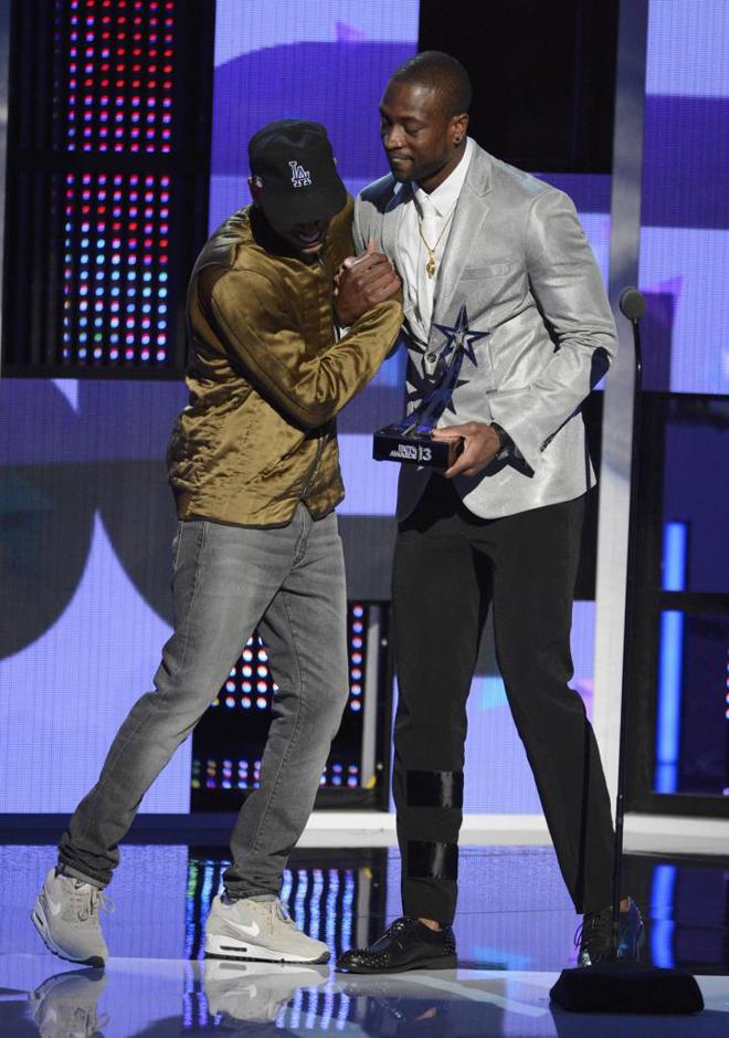 Dwayne Wade (Miami Heat) entregando un premio al cantante Chris Brown en la gala de los Premios BET de Los �ngeles.