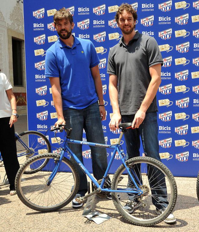 Pau Gasol y Marc Gasol donaron 150 bicicletas con fines solidarios.