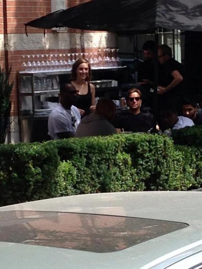 LeBron James, bicampe�n de la NBA, almorzando en Toronto despu�s de entrenarse duramente en el gimnasio.