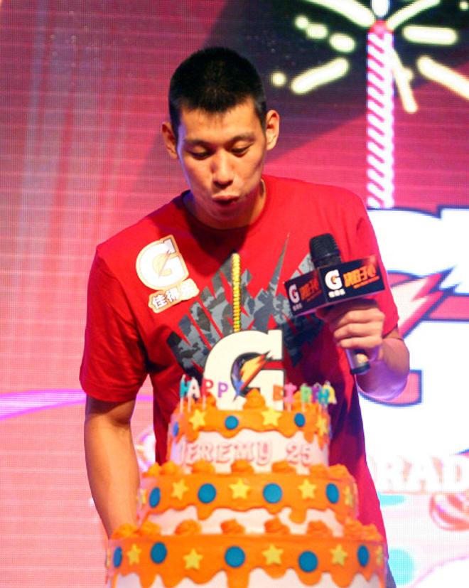 Jeremy Lin, jugador de los Houston Rockets, celebrando su 25 cumplea�os en Shanghai