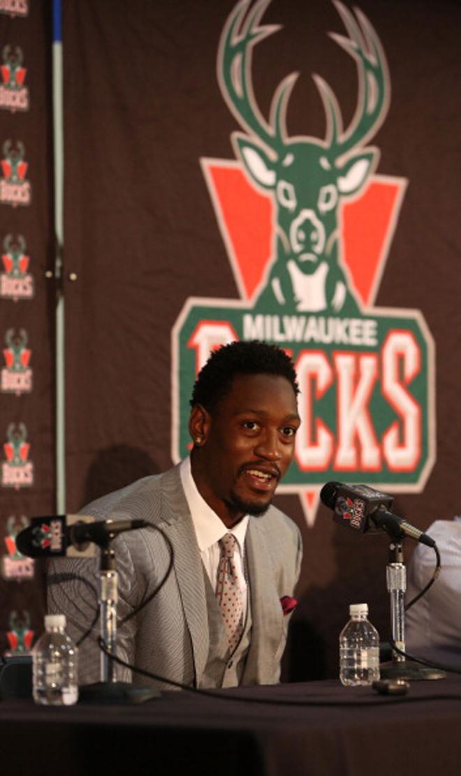 Los Bucks presentaron a bombo y platillo la renovaci�n por 44 millones de Larry Sanders.