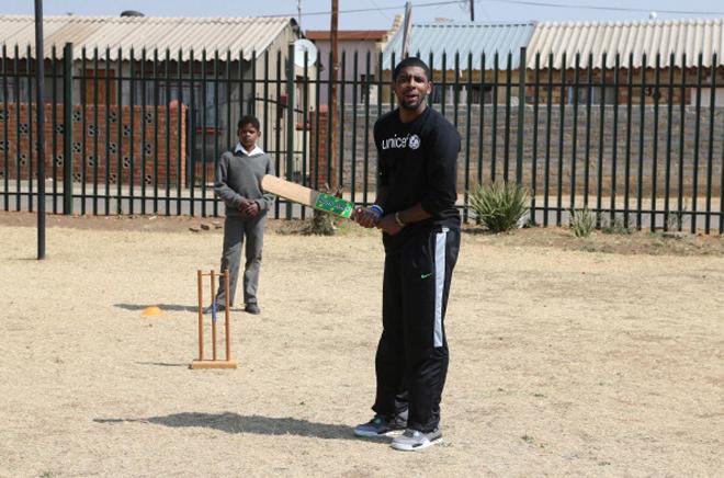 Kyrie Irving, de los Cavaliers, jugando al cricket en Soweto durante una visita a Sud�frica con UNICEF.