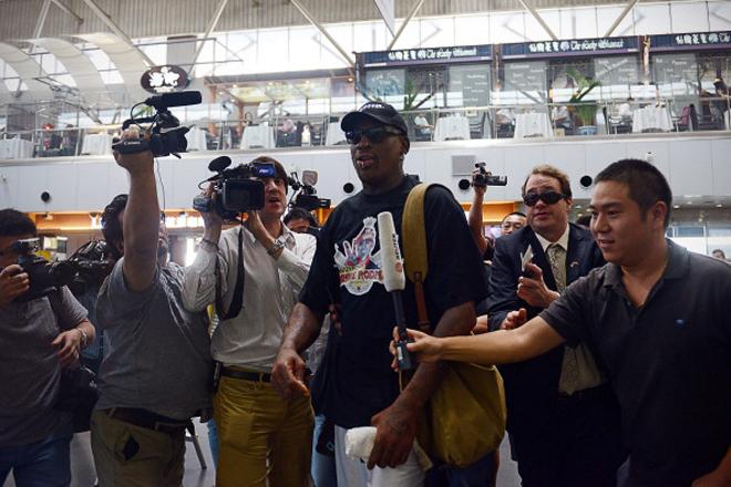 """Dennis Rodman fue recibido a lo grande en el aeropuerto de Pek�n... y anunci� que est� viajando rumbo a Corea del Norte para ver a su """"amigo Kim Jong-Un""""."""