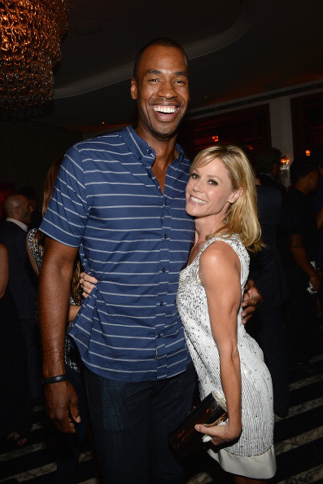 Jason Collins, el primer jugador NBA en activo en salir del armario, posando junto a Claire Dunphy (Julie Bowen), una de las protagonistas de 'Modern Family' en una fiesta de los Premios Emmy.
