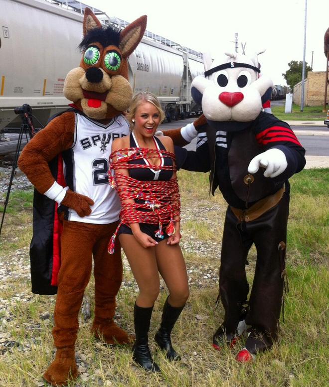 Las mascotas de Spurs y Blazers hicieron un par�n en el rodaje de un anuncio para secuestrar a una cheerleader. �Cu�les son sus intenciones?