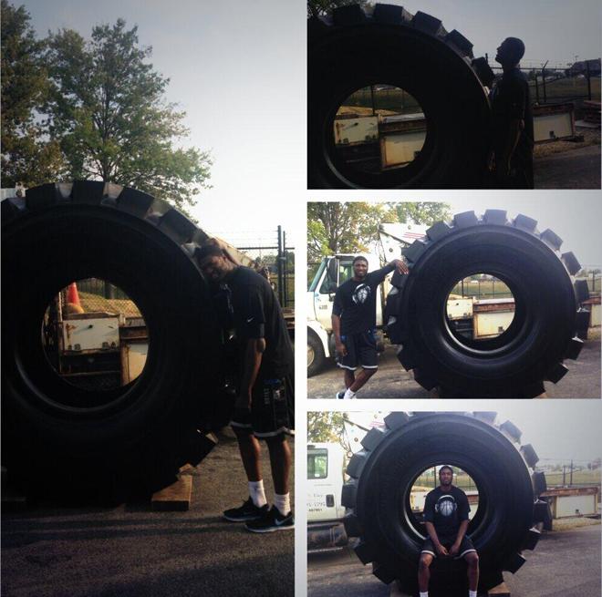 Roy Hibbert, p�vot All Star de 2,18 m., posando junto a unas gigantescas ruedas de Goodyear.