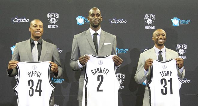 Paul Pierce, Kevin Garnett y Jason Terry ya lucen sus nuevos colores. Dejan atrás el verde de los Celtics y se enfundan la camiseta de los Nets con el único objetivo de conquistar el anillo.