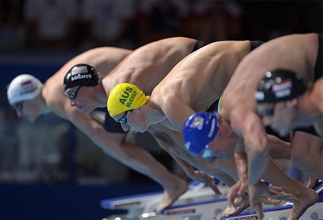 Los nadadores de los 200 estilos en el momento de tomar la salida.