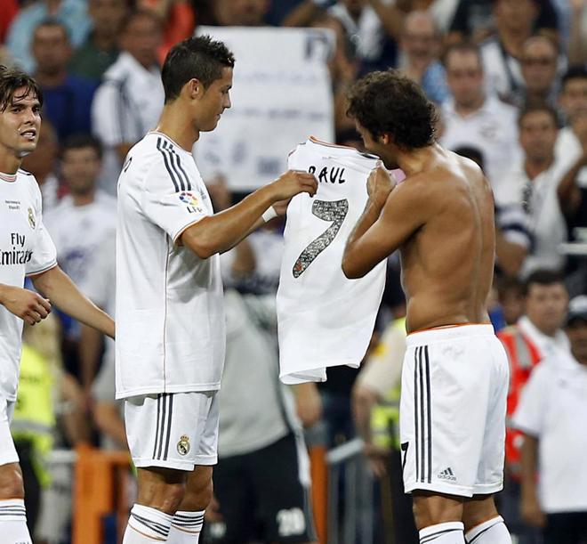 Cristiano cedi� el '7' a Ra�l. Ra�l regal� su camiseta a Cristiano.