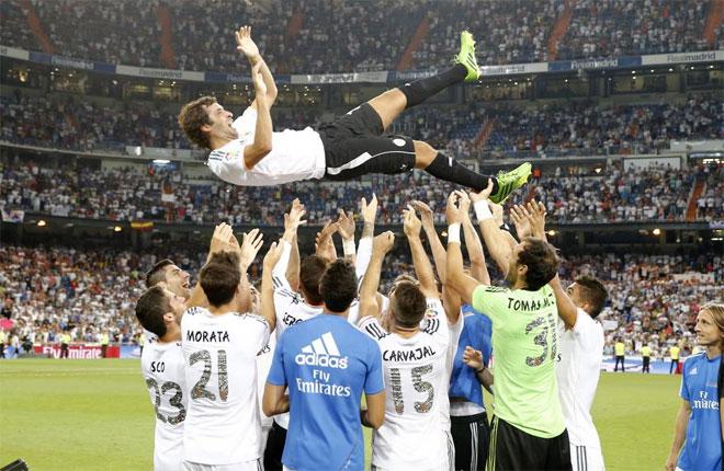 Los jugadores blancos mantearon al ex capitán madridista.