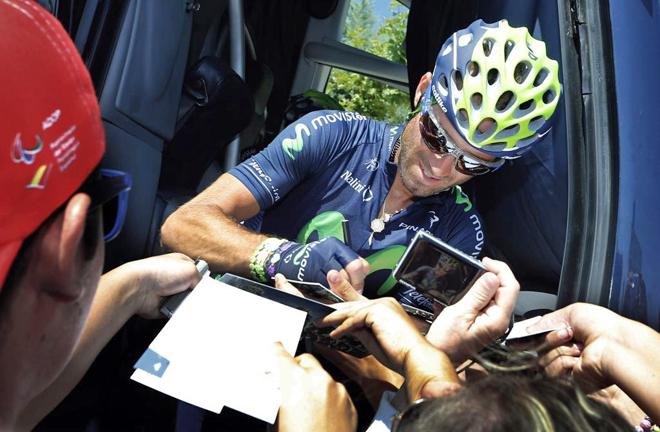 Alejandro Valverde (Movistar) atiende a varios aficionados y firma autógrafos.