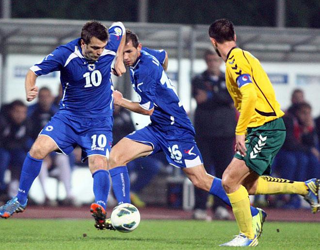 Bosnia -Herzegovina's Zvjezdan Misimovic (L)vies for the ball with Lithuania's Tadas Kijanskas during the FIFA 2014 World Cup group G qualifying football match.