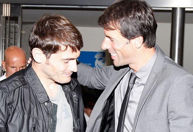 El holandés vio en directo el duelo entre sus dos ex equipos y saludó a Casillas.