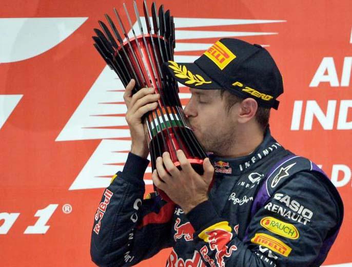 Vettel besando el t�tulo del Gran Premio de India.