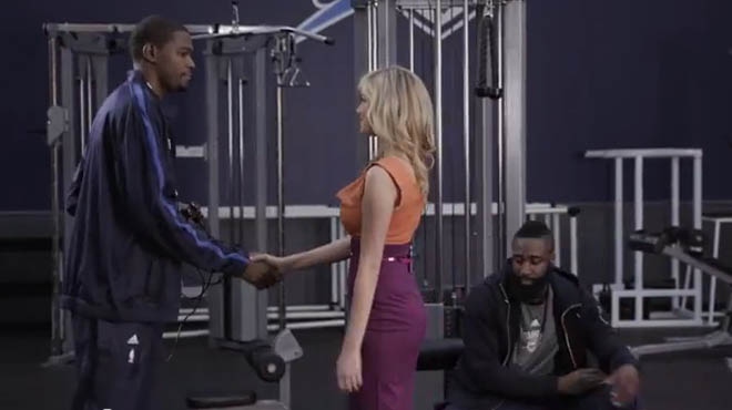 Elegida modelo del año 2013 en los Style Awards, Kate Upton se ha ganado el título de novia de la NBA. Imagen de Skullcandy, la espectacular modelo ya puso en forma a Kevin Durant y a James Harden, y ahora le pone ritmo al <a href=https://www.marca.com/2013/10/27/baloncesto/nba/noticias/1382859062.html><strong>apasionante arranque</strong></a> de la NBA