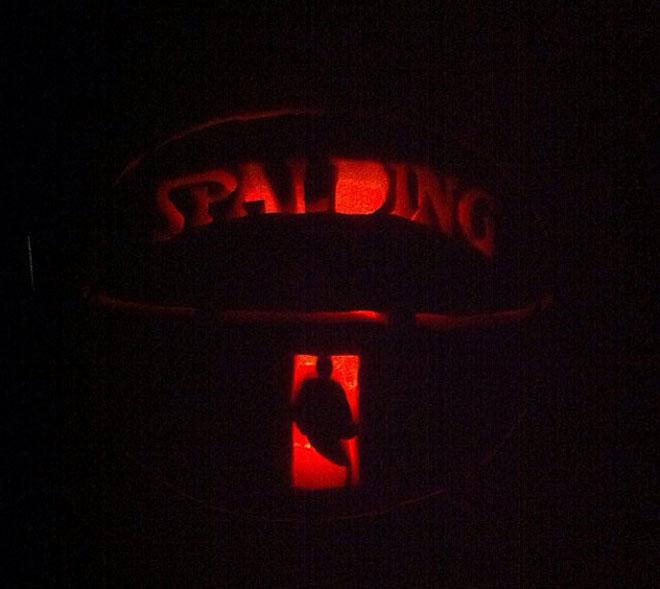 Los aficionados de la mejor liga del mundo homenajean con calabazas la competici�n. La NBA se suma a Halloween de esta manera tan curiosa y art�stica.