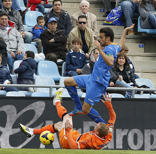 Mathieu frena el avance de Pedro Le�n.