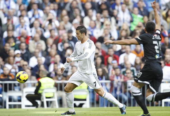El Real Madrid goleó a la Real Sociead en el Santiago Bernabéu con un 'hat-trick' de Cristiano acompañado de los tantos de Benzema y Khedira. Griezmann hizo el tanto donostiarra.