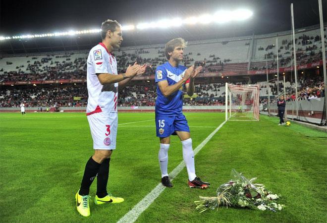 Fernando Navarro y Corona, capitanes esta noche de Sevilla y Almer�a, dejaron un ramo en forma de homenaje.