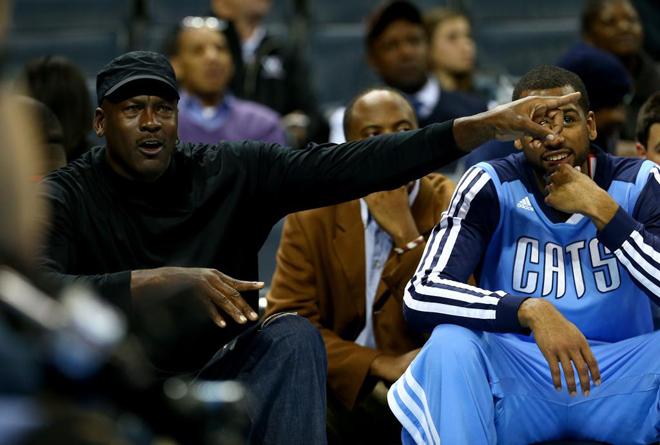 Michael Jordan disfrut� con la victoria de sus Bobcats ante los multimillonarios Nets e incluso se permiti� hacer de entrenador dando instrucciones a sus pupilos.