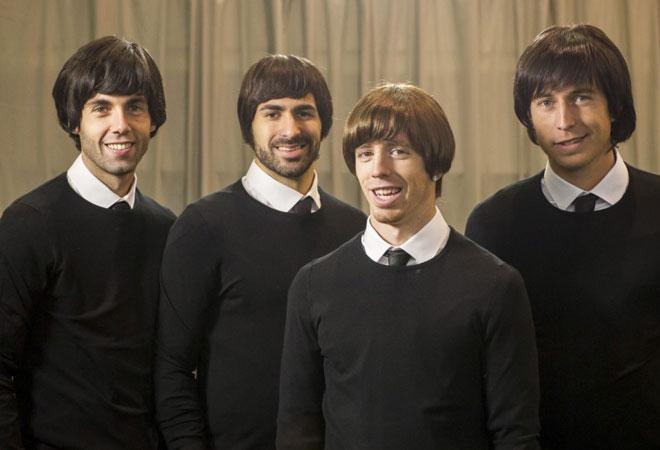 Susaeta, Balenziaga, Muniain y De Marcos son 'The Beatles'. Los cuatro futbolistas se convirtieron en John Lennon, Paul McCartney, George Harrison y Ringo Star para un especial de ETB para Nochebuena.