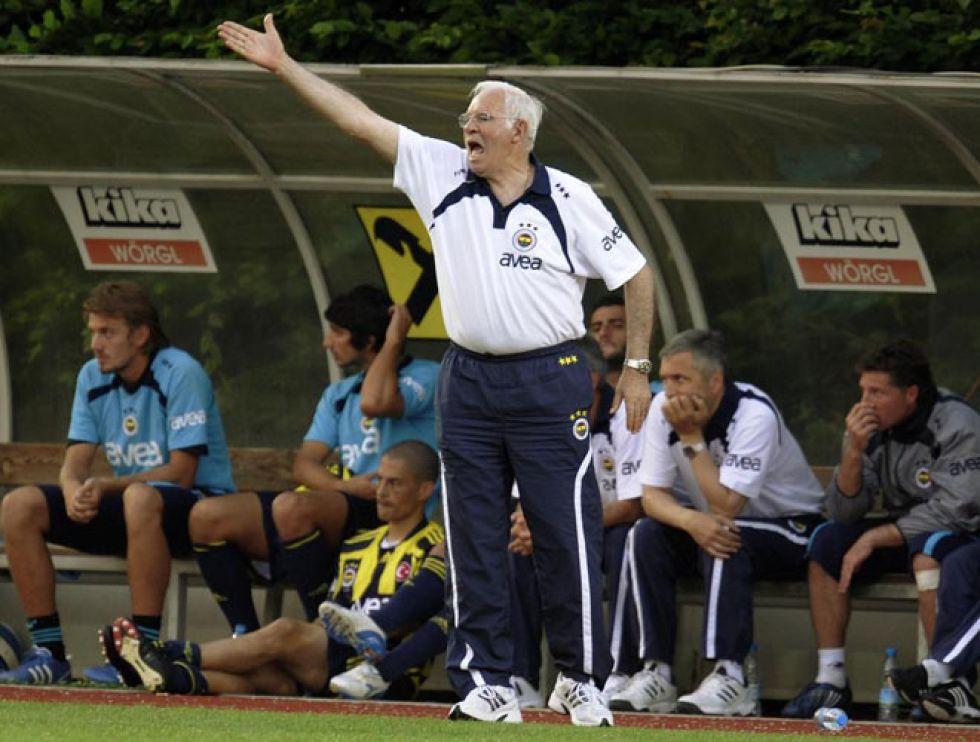 El último destino de Luis Aragonés en los banquillos fue con el Fenerbahçe.