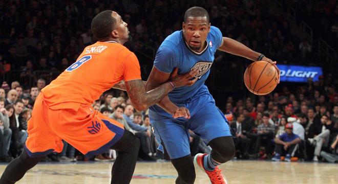 Kevin Durant (Thunder) ante J.R. Smith (Knicks) en la jornada de Navidad de la NBA.