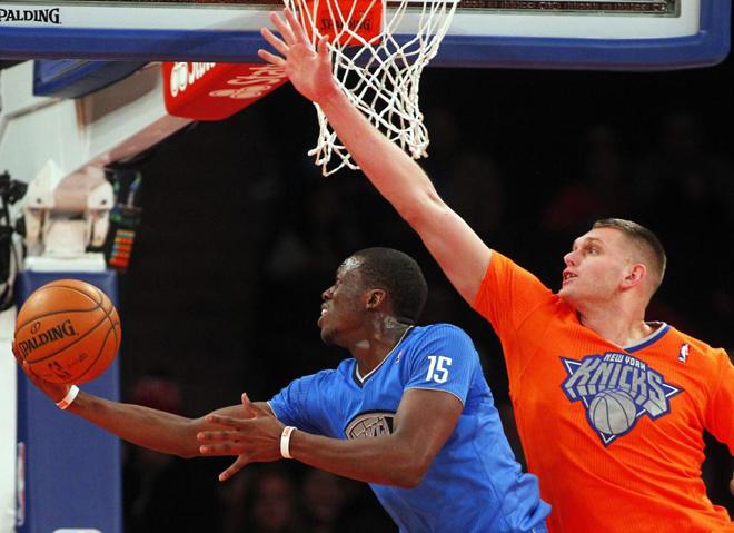 Reggie Jackson (Thunder) ante Cole Aldrich (Knicks) en la jornada de Navidad de la NBA.