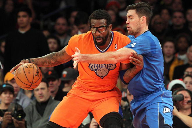 Amar'e Stoudemire (Knicks) frente a Nick Collison (Thunder) en la jornada de Navidad de la NBA.