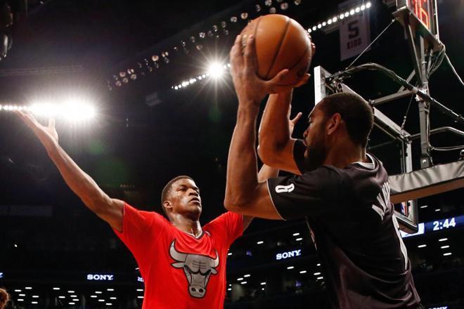 Jimmy Butler (Bulls) frente a Alan Anderson (Nets) en la jornada de Navidad en la NBA.