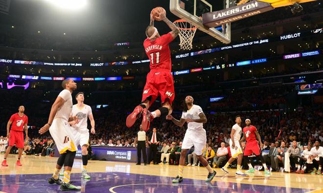 Chris Andersen (Heat) aprovenchando un pase de LeBron James en la jornada de Navidad de la NBA.