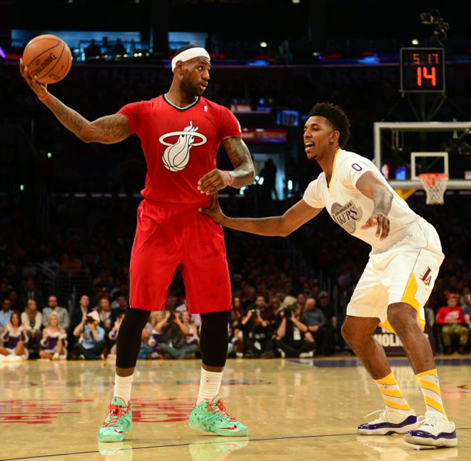 LeBron James (Heat) frente a Nick Young (Lakers) durante la jornada de Navidad de la NBA.