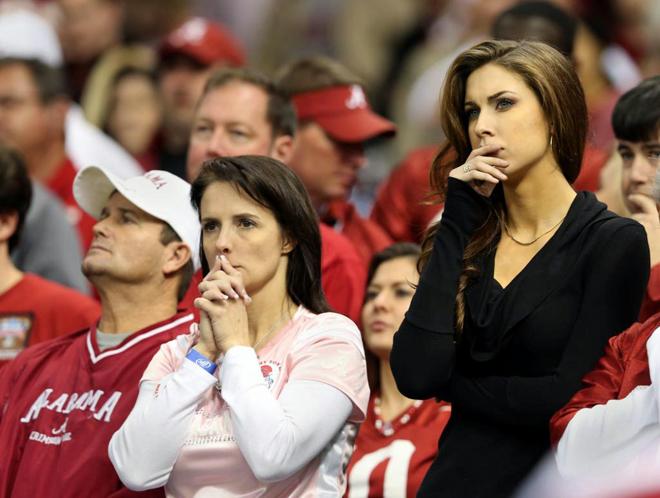 Katherine Webb es la novia del quaterback AJ McCarron, de Alabama. Es modelo y fue elegida Miss Alabama en 2012. Anoche sufrió en la grada junto a su suegra la derrota de su equipo ante Oklahoma en la Sugar Bowl.