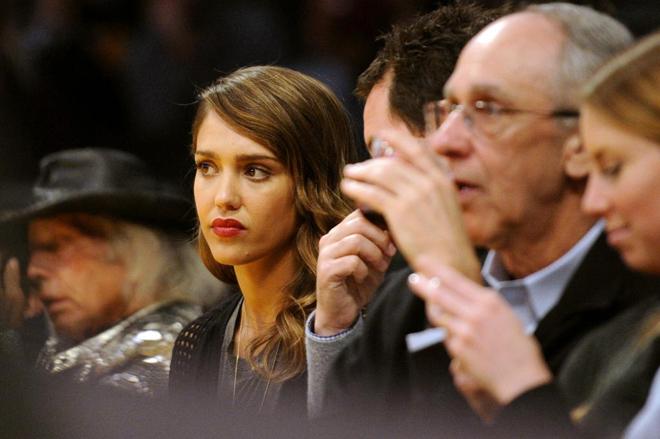 La famosa actriz Jessica Alba, reconocida como una de las mujeres más sexys del mundo y la habitante más sensual de la Ciudad del Pecado (Sin City), disfrutó de lo lindo viendo a Pau Gasol con los Lakers ante los Nuggets.