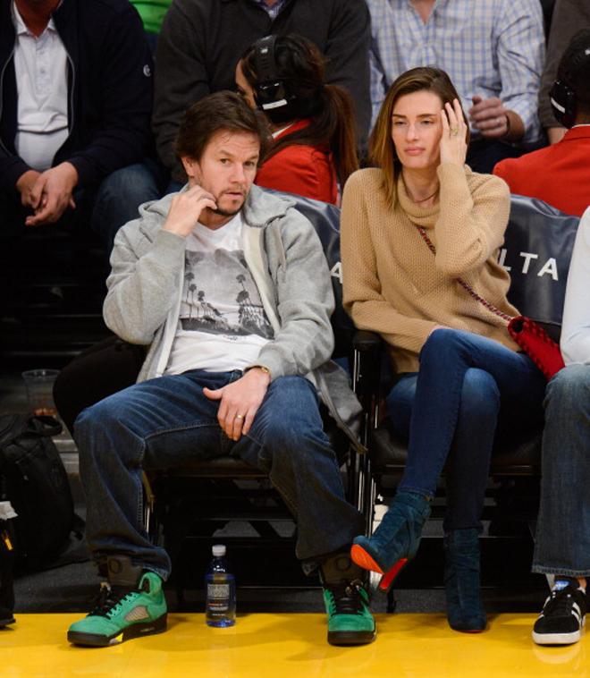 El actor Mark Wahlberg, un reconocido seguidor de los Celtics tal y como delatan sus zapatillas verdes, disfrutó junto a su esposa Rhea Durham, modelo de Victoria´s Secret, del partido de los Lakers ante los Nuggets.