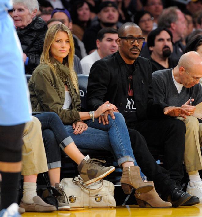 El actor Eddie Murphy y la modelo Paige Butcher en el Staples durante el partido entre Lakers y Nuggets.