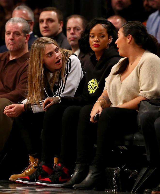 La supermodelo Cara Delevingne y la famosa cantante Rihanna disfrutaron de lo lindo de los Nets a pie de pista del Barclays Center.