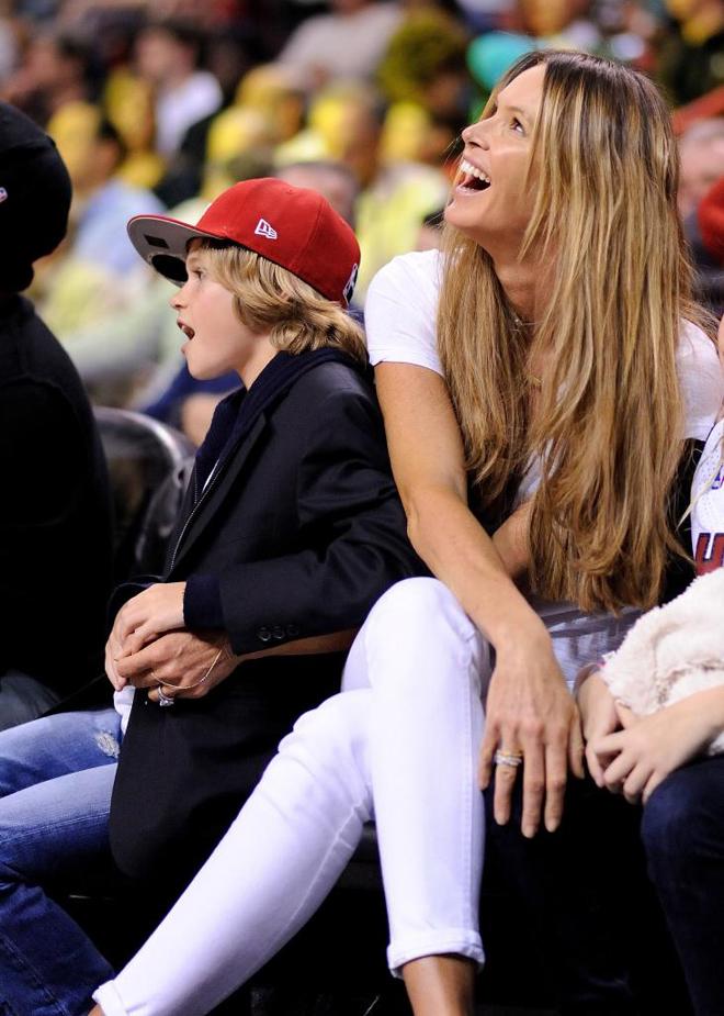 La famosa modelo Elle Macpherson disfrut� junto a su hijo del partido que enfrent� en Miami a Pelicans y Heat.