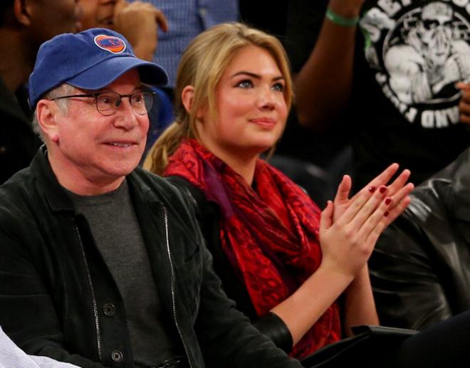 El cantante Paul Simon y la célebre modelo Kate Upton no quisieron perderse en el Madison el partido entre Knicks y Heat.